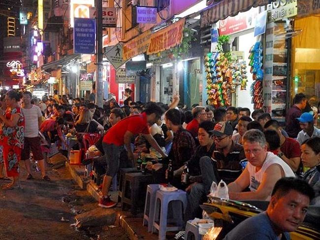 Khu Bùi Viện – Phố Ăn Vặt Sài Gòn Về Đêm