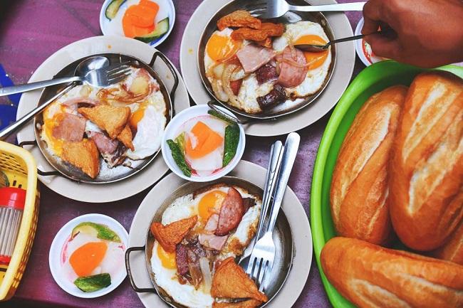 Bánh mì chảo Hòa Mã là một trong các quán ăn sáng Sài Gòn rất nổi tiếng