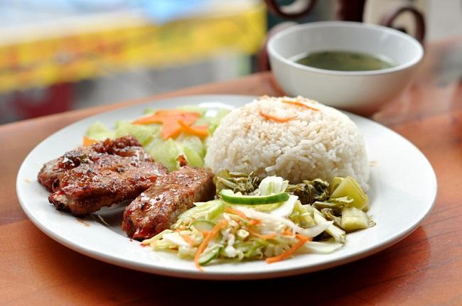 Cơm sườn Đào Duy Từ là món ăn trưa Hà Nội ngon