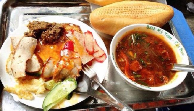 Món ăn đêm ở Hà Nội Bánh mỳ sốt vang Đình Ngang