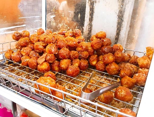 Bánh rán Hàng Chiếu là món ăn vặt ngon Hà Nội