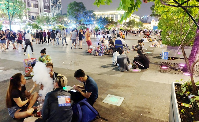 Phố đi bộ Nguyễn Huệ – Cà phê bệt về đêm Sài Gòn